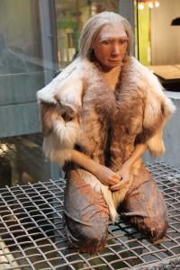 Homo_neanderthalensis_mourning_-_Museum_Neandertal