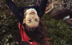 A little girl playing on a swing, the head upside dow, in a garden pres Jijel, Algeria - March 21, 2015. Une petite fille joue sur une balancoire, la tete en bas, dans un jardin pres de Jijel, Algerie - 21 mars 2015.